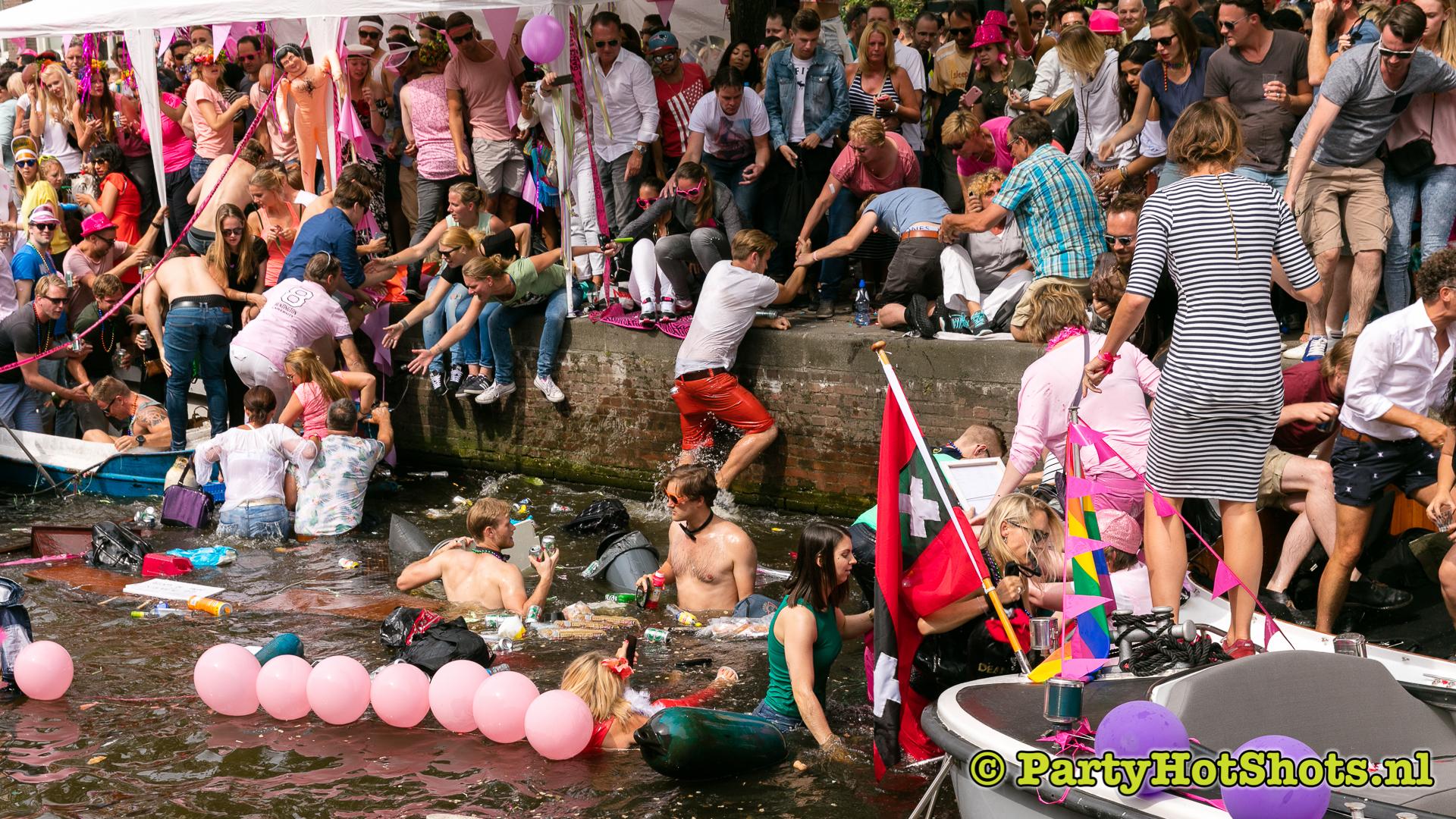 bootje zinkt tijdens gay pride